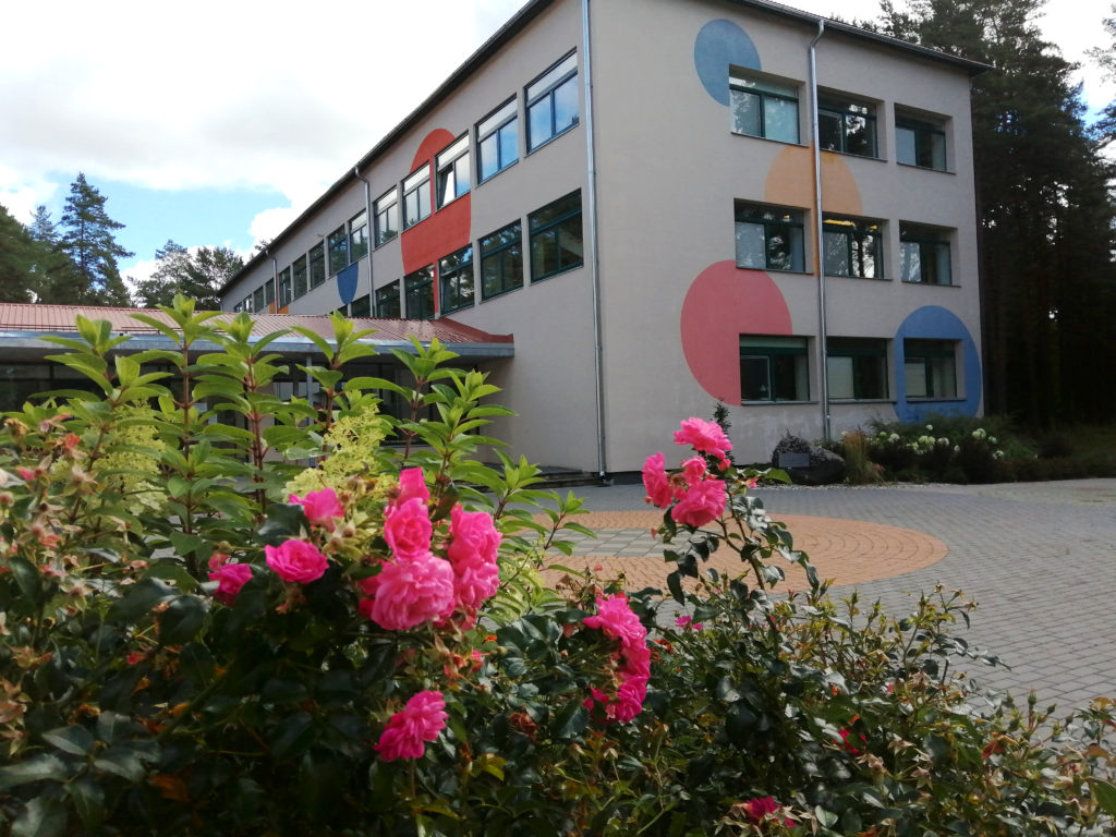 roosid koolimaja ees