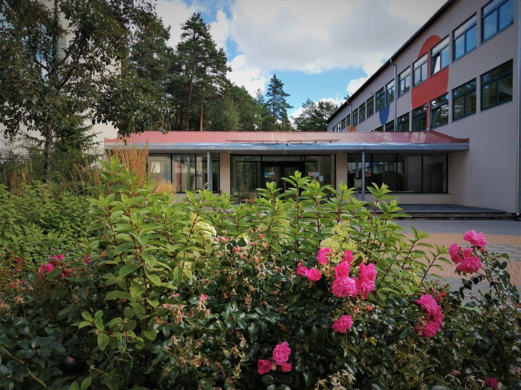 kooliuks sügisel roosidega